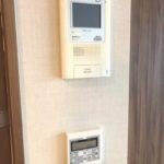モニター付インターホンと床暖房スイッチ(居間)